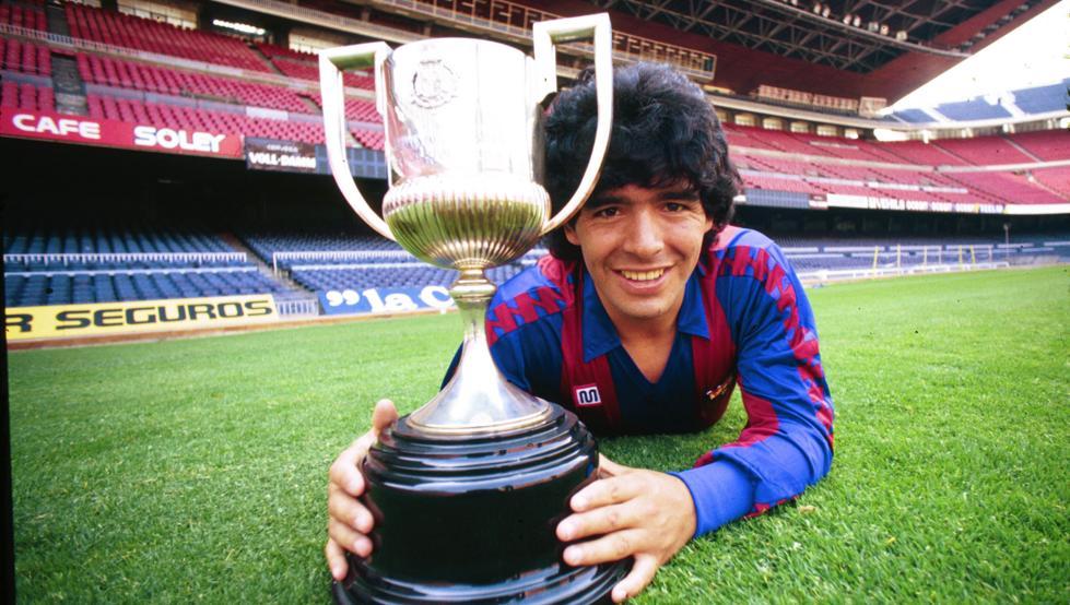 Maradona con la Copa del Rey que ganó con el Barcelona. | Foto: Miguel Moreno