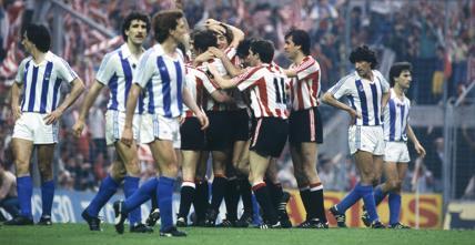 El Athletic celebró su título de la 83-84 en el propio césped de San Mamés tras vencer a la Real. Fotografía: Archivo Mundo Deportivo.