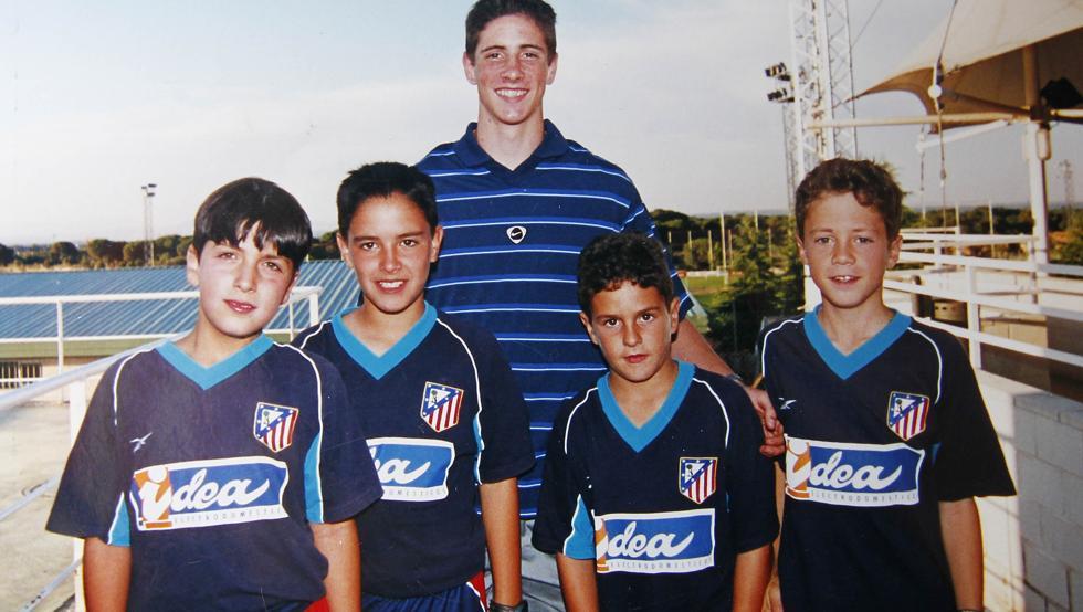 Koke (tercer niño) fotografiándose con su ídolo Fernando Torres durante su etapa en la cantera. / Fuente: Twitter