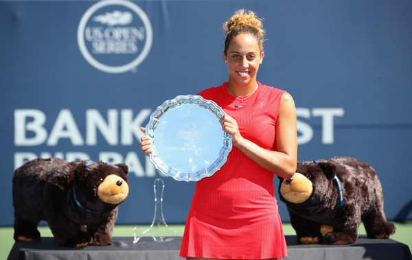 Madison Keys posing along with her trophy in Stanford | Photo: Ezra Shaw/Getty Images North America