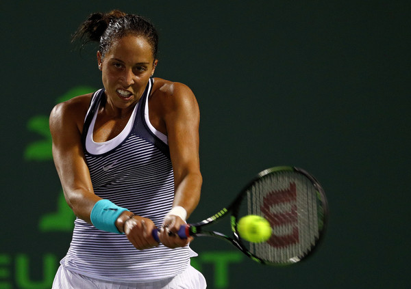 Madison Keys hits a backhand during her semifinal match against Angelique Kerber at the 2016 Miami Open presented by Itaú. | Photo: Mike Ehrmann/Getty Images