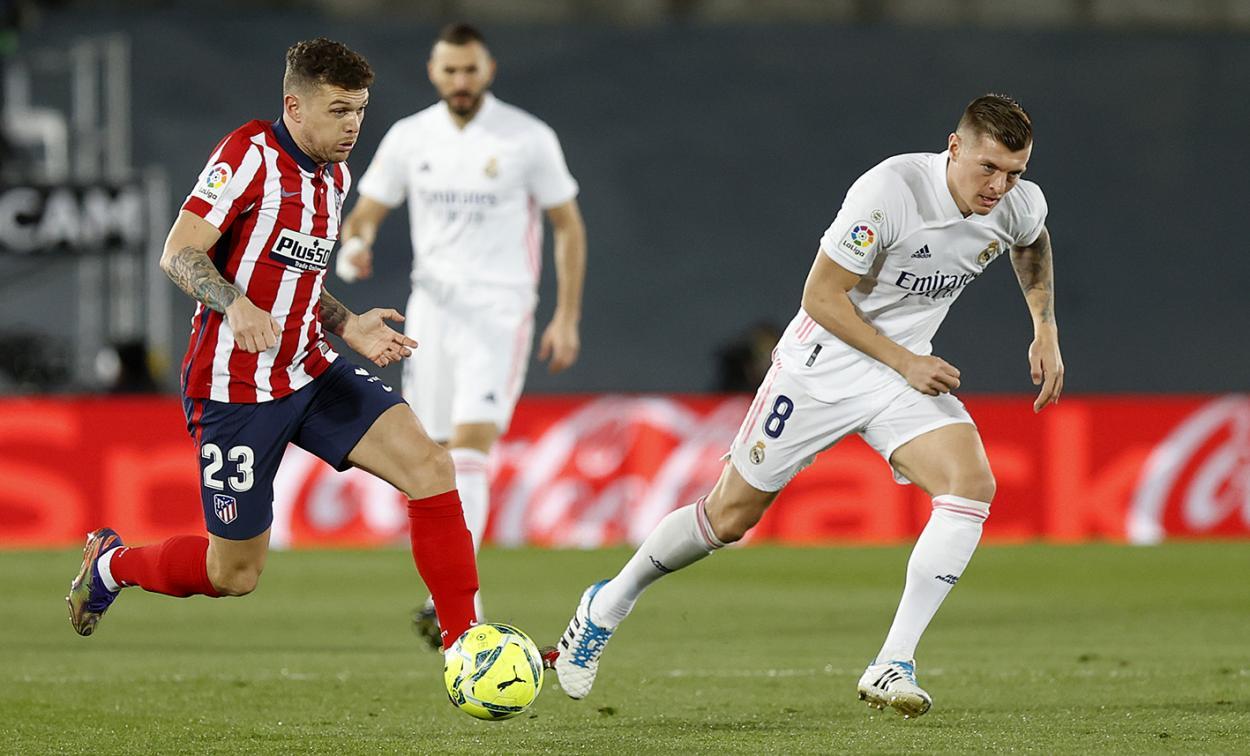 Trippier conduce el balón ante Toni Kross en el derbi del sábado pasado // FOTO: Twitter del Atlético de Madrid