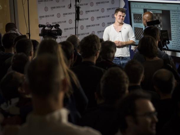 Carlsen en rueda de prensa tras ganar a Nakamura. | Foto: Lennart Ooetes (Chess24)