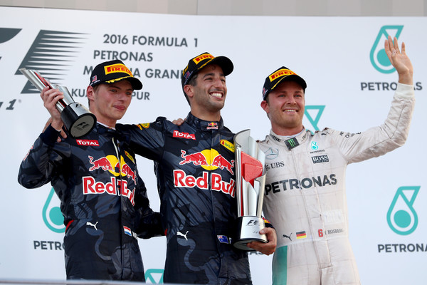 Ricciardo (centro), Verstappen (esq.) e Rosberg (dir.): o pódio na Malásia (Foto: Clive Mason/Getty Images)