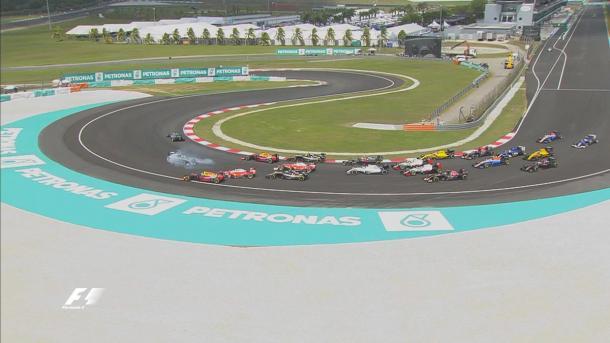 Vettel tocou em Rosberg e a confusão se instalou na largada (Foto: Divulgação/F1)