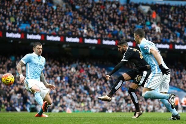 Mahrez humilló a los defensas del Manchester City | Foto: Mirror