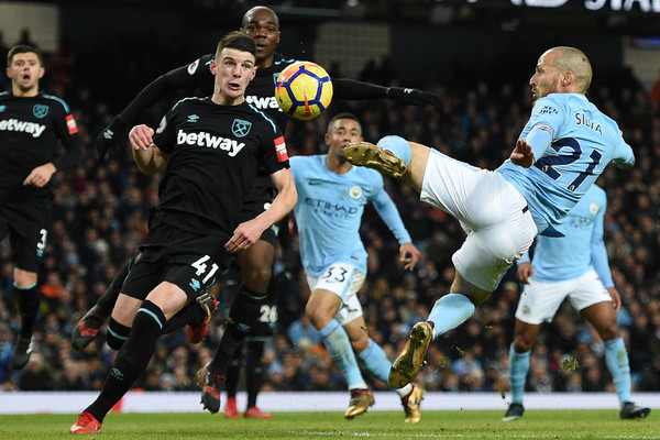 Imagen del golpEo del gol de Silva. Foto: AFP
