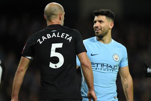 Zabaleta y Agüero se saludan. Foto: Getty Images