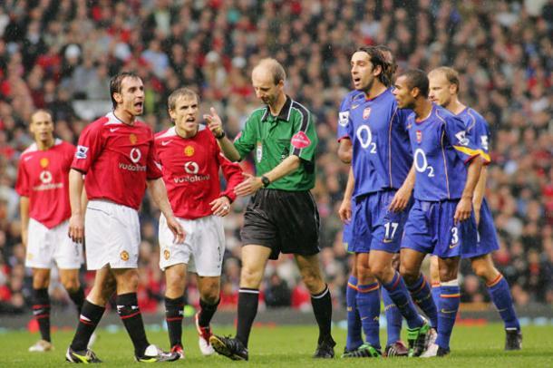 Los jugadores de ambos equipos protestan una decisión arbitral   FOTO: Manchester United