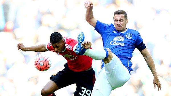 Jagielka lucha un balón aéreo frente a Rashford | Foto: Everton FC