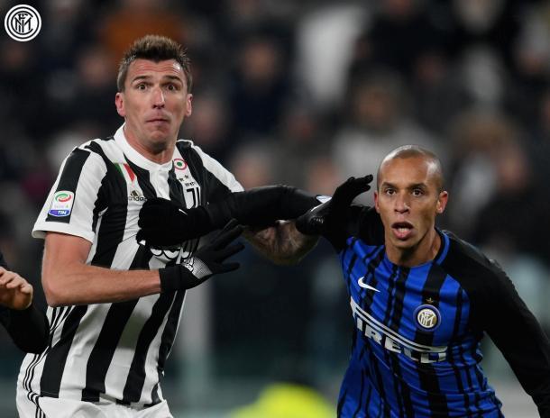 Fotografía del perfil oficial de Twitter del Inter de Milán. Miranda y Mandzukic forcejeando.
