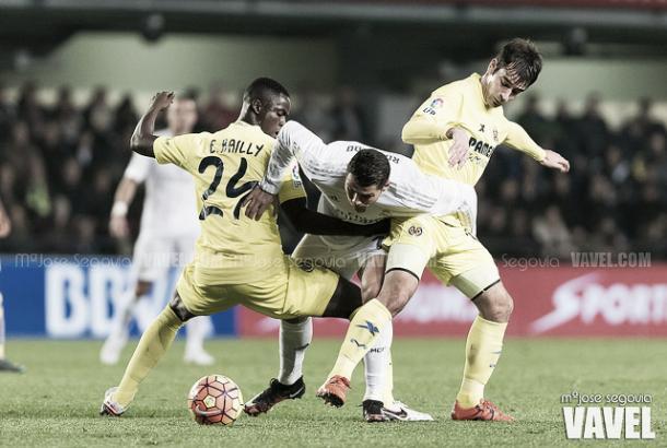 Trigueros ayudando en tareas defensivas contra el Real Madrid. Imagen: María José Segovia (VAVEL)