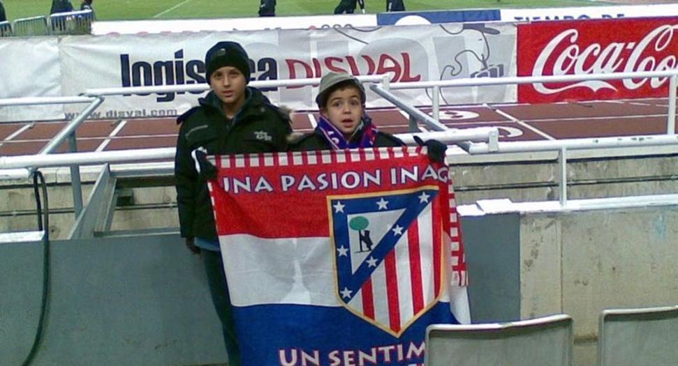 Manu y su hermano animando al Atlético de Madrid. | Foto: Mundo Deportivo