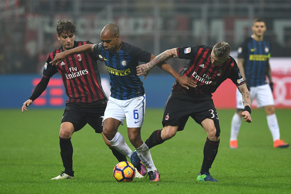 Locatelli lavora ai fianchi Joao Mario, nel Derby. Fonte foto: Getty Images.