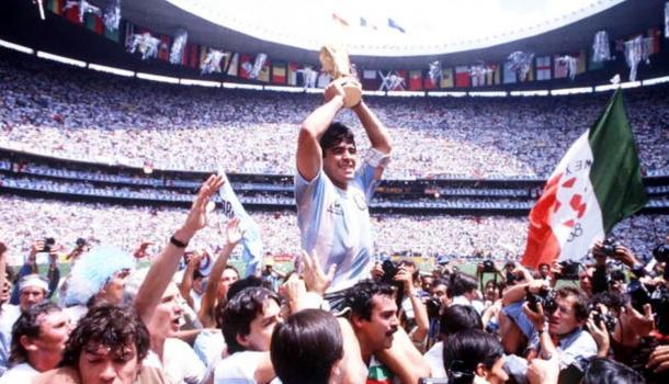 Diego Armando Maradona levantando la Copa del Mundo de FIFA, México 1986   Foto: Getty