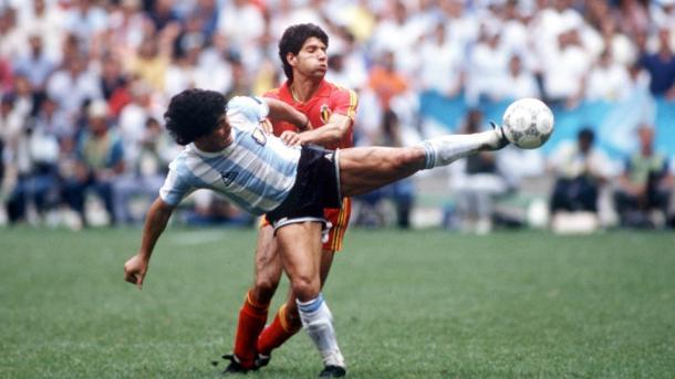 Diego Armando Maradona y Enzo Scifo, durante el partido inagural de Espana '82 (Foto: es.fifa.com)