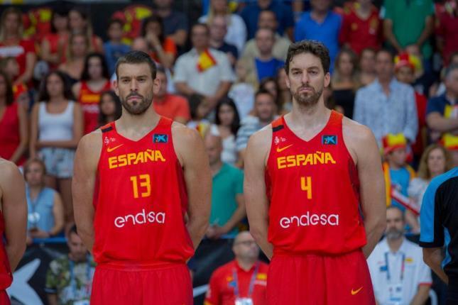 Los hermanos Gasol (Marc y Pau) con la selección española. FUENTE: FEB
