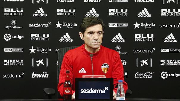 El técnico asturiano atendiendo a los medios de comunicación en la previa contra el conjunto gallego. Fuente: Valencia CF.