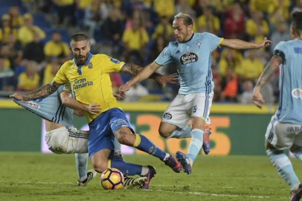 Díaz peleando el balón con Celta (Foto: Las Provincias)