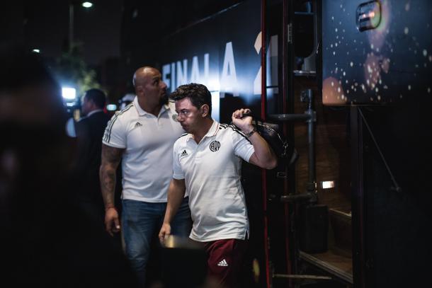 Marcelo Gallardo saliendo del micro / Foto: Copa Libertadores