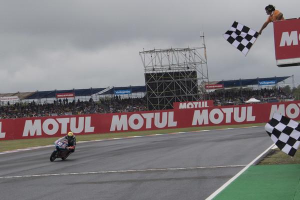 Marco Bezzecchi cruzando la meta del GP Argentina / Foto: Getty Images