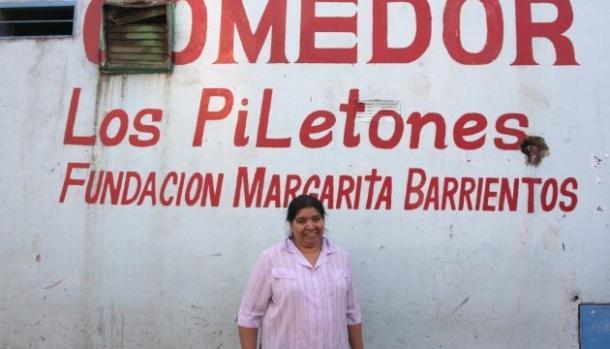 """Margarita Barrientos frente al mural del Comedor """"Los Piletones"""". Foto: Imagen Web."""