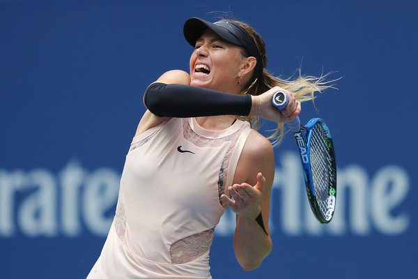Sharapova hits a forehand at Flushing Meadows | Photo: Richard Heathcote/Getty Images North America
