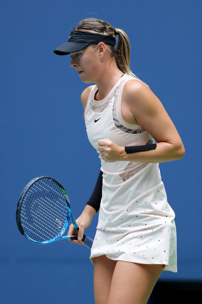 Maria Sharapova celebrates winning a point | Photo: Elsa/Getty Images North America