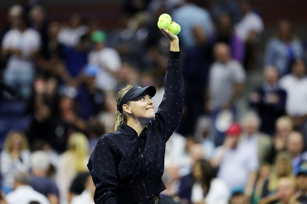 Maria Sharapova sending autographed balls into the crowd after her win | Photo: Clive Brunskill/Getty Images North America