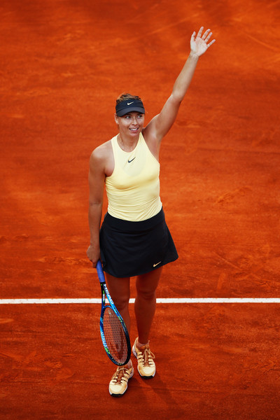 Maria Sharapova applauds the supportive crowd after the 190-minute encounter | Photo: Julian Finney/Getty Images Europe