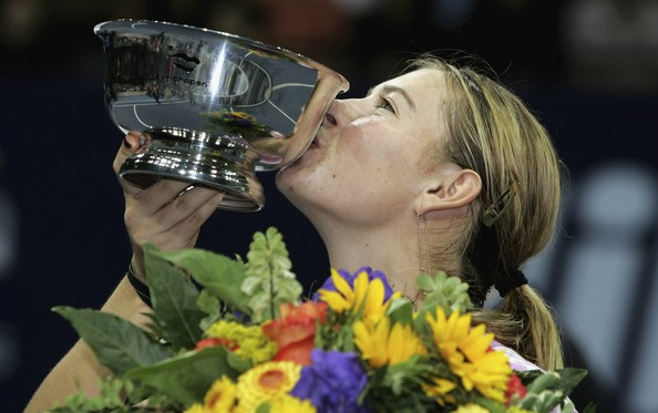 Maria Sharapova with her trophy in Zurich | Photo: Christopher Lee/Getty Images Sport