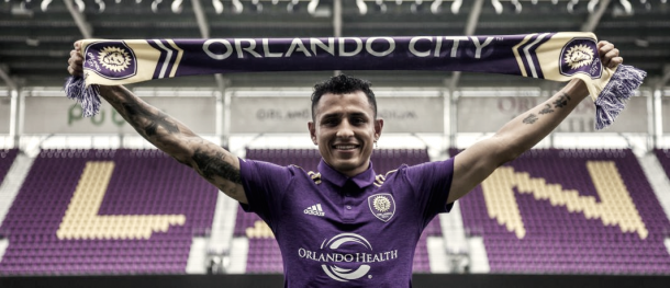 Yoshimar Yotún holding up the scarf of his new club. | Photo: Orlando City SC