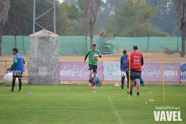 Markovic, junto a Rodri, hace ejercicios de balón | Foto: Jose Luis Pedraza (VAVEL.com)