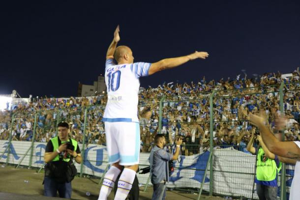 Marquinhos comemorou com torcida avaiana o gol no fim do jogo (Foto: Jamira Furlani/Avaí FC)