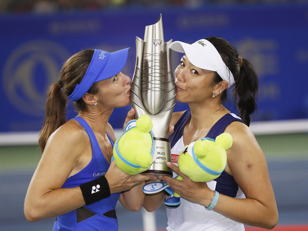 The titles could not stop coming in for Chan and Hingis, who won an incredible nine titles over the year | Photo: Kevin Lee/Getty Images AsiaPac