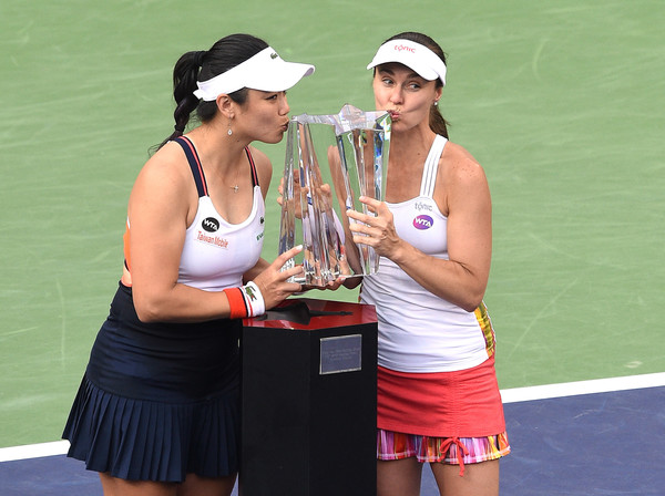 Chan Yung-jan and Martina Hingis pose along their Indian Wells trophy | Photo: Kevork Djansezian/Getty Images North America