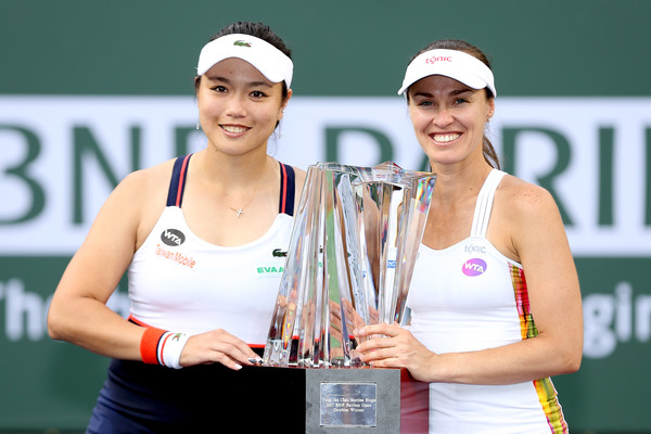 Martina Hingis and Chan Yung-jan with their title in Indian Wells | Photo: Matthew Stockman/Getty Images North America