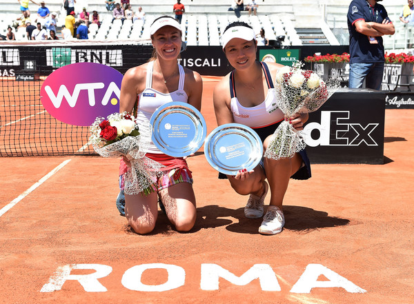 Martina Hingis and Chan Yung-jan with their title in Rome | Photo: Giuseppe Bellini/Getty Images Europe