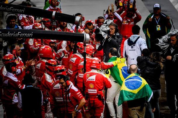 O vice-campeão mundial de 2008 foi recebido com carinho por todos os mecânicos de várias equipes nos boxes (Foto: Divuglgação/F1)