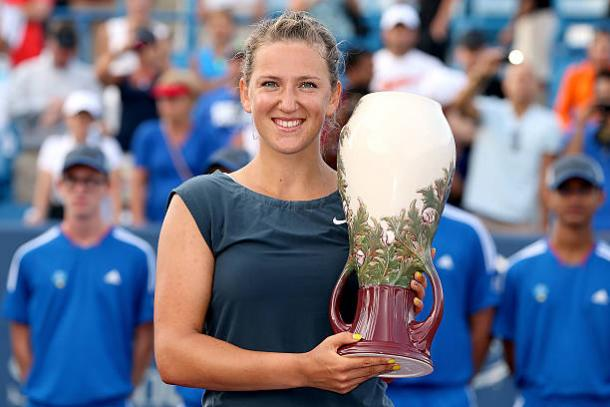 Victoria Azarenka with the title in Cincinatti after beating Serena Williams in the final in 2013 (Getty/Matthew Stockman)