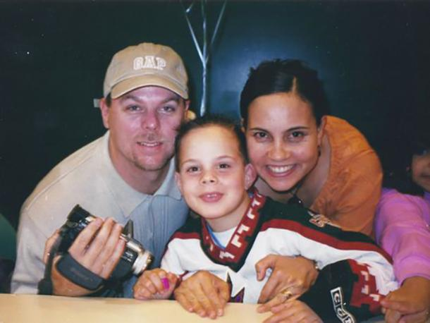 Matthews con sus padres y el jersey de los Coyotes   Phoenixnews
