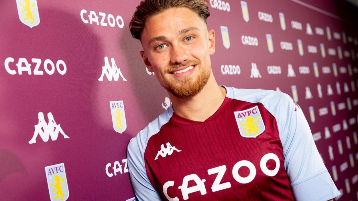Matty Cash en su presentación con el Aston Villa / FUENTE: Aston Villa FC