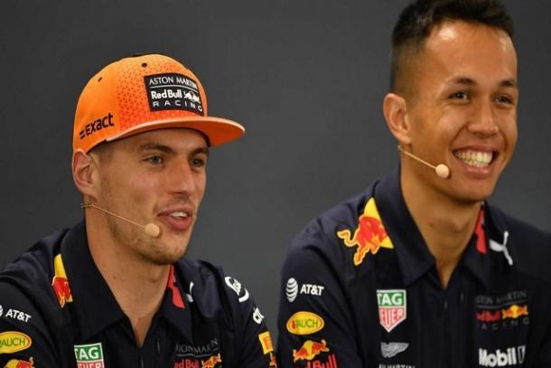 Max Verstappen junto a Alexander Albon en una rueda de prensa. FOTOGRAFÍA: F1.com