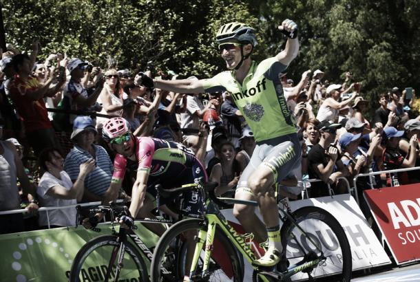 Jay McCarthy alza los brazos en el Tour Down Under | Foto: Tour Down Under