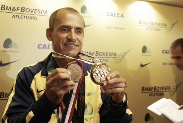 O maratonista Vanderlei Cordeiro de Lima, seu bronze e menção da medalha Pierre de Coubertin (Foto: Marcos Guerra)