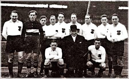 El maestro Hugo Meisl de sombrero rodeado de sus jugadores austriacos. Cortesía de Alchetron
