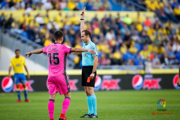 Melero López, mostrando una cartulina amarilla en la derrota de la UD Las Palmas ante el Levante UD (0-2) | Foto: LaLiga