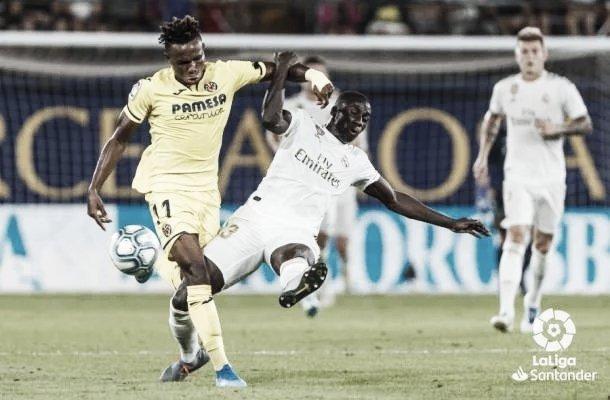Mendy en una disputa de balón con el jugador del Villarreal | Fuente: LaLiga Santander.