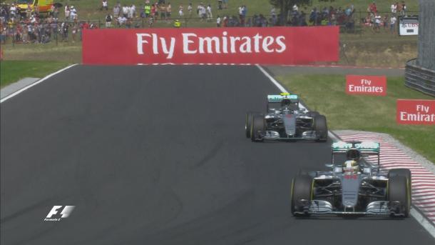 As duas Mercedes estão bem próximas (Foto: Divulgação/F1)