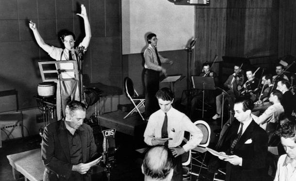 """El equipo de """"The Mercury Theatre on the Air"""" con Orson Welles al micrófono, en un ensayo de """"La Guerra de los Mundos"""" en los estudios de la CBS (PD)"""